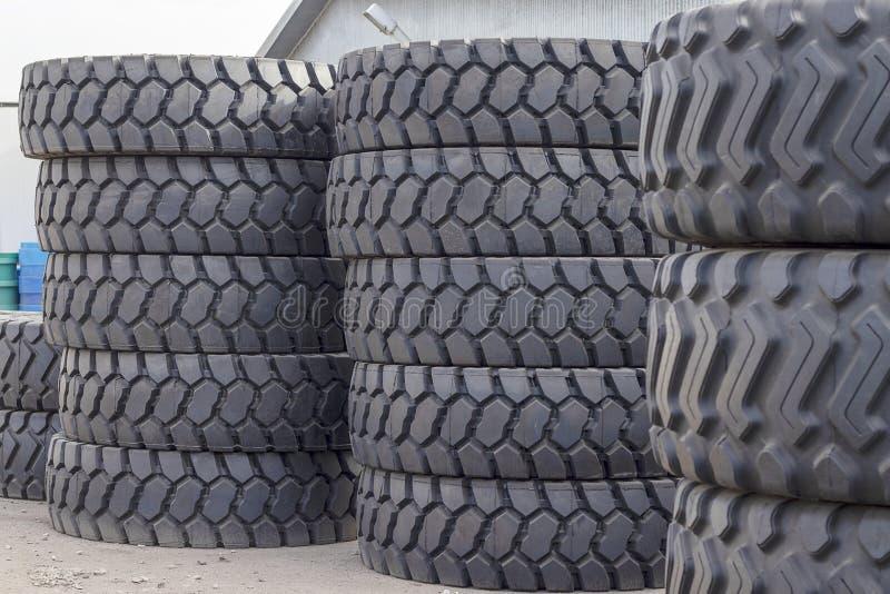 Grote rubberbanden voor vrachtwagens die op de straat liggen Vele close-upbanden met een groot loopvlak liggen stock foto's