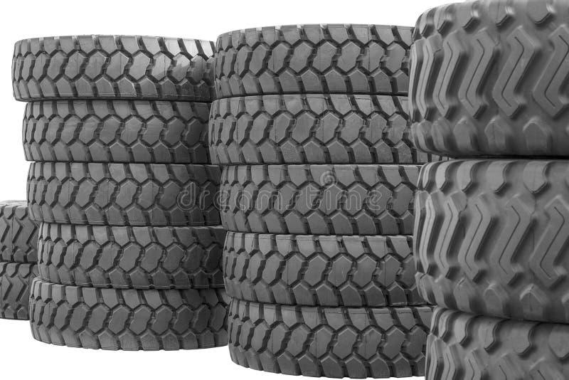Grote rubberbanden voor vrachtwagens die op de straat liggen Vele close-upbanden met een groot loopvlak liggen op de grond stock fotografie