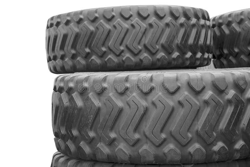 Grote rubberbanden voor vrachtwagens die op de straat liggen De zwarte banden sluiten omhoog met een groot loopvlak liggen boveno royalty-vrije stock afbeelding