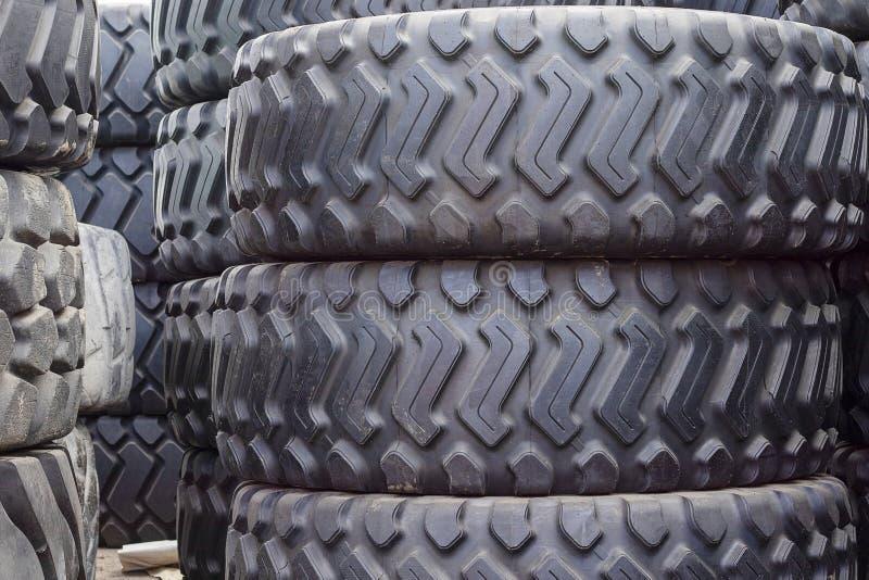 Grote rubberbanden voor vrachtwagens die op de straat liggen De zwarte banden sluiten omhoog met een groot loopvlak royalty-vrije stock fotografie