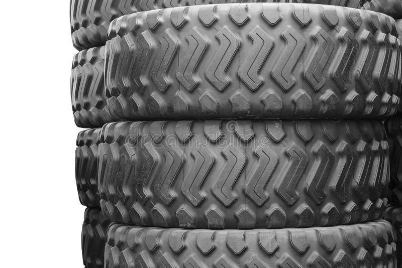Grote rubberbanden voor vrachtwagens die op de straat liggen De zwarte banden sluiten omhoog met een groot loopvlak ter plaatse royalty-vrije stock foto