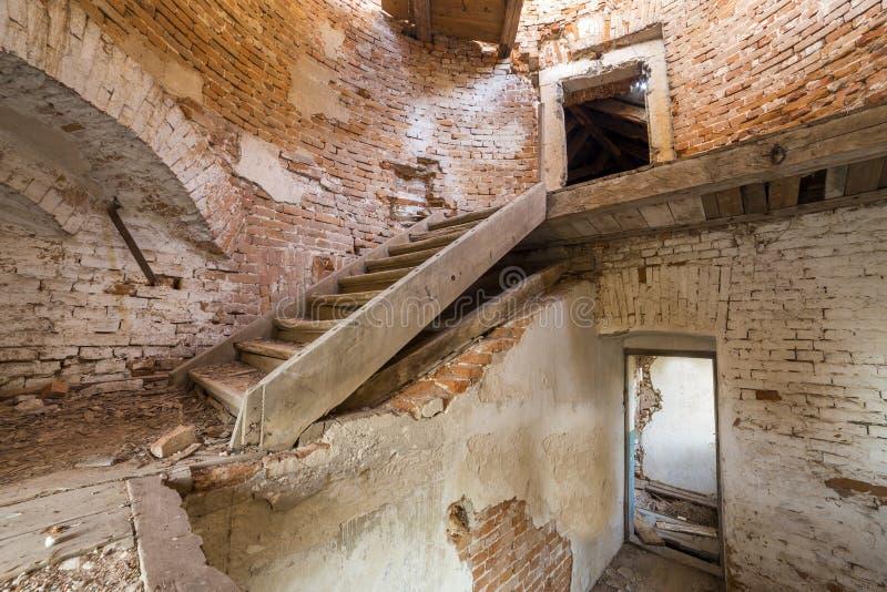 Grote ruime achtergelatene lege kelderverdiepingsruimte van de oud bouw of paleis met gebarsten gepleisterde bakstenen muren, kle stock afbeelding