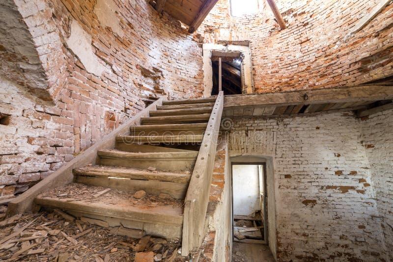 Grote ruime achtergelatene lege kelderverdiepingsruimte van de oud bouw of paleis met gebarsten gepleisterde bakstenen muren, vui royalty-vrije stock foto