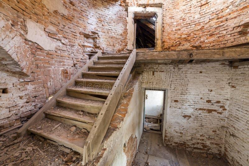 Grote ruime achtergelatene lege kelderverdiepingsruimte van de oud bouw of paleis met gebarsten gepleisterde bakstenen muren, vui stock foto's