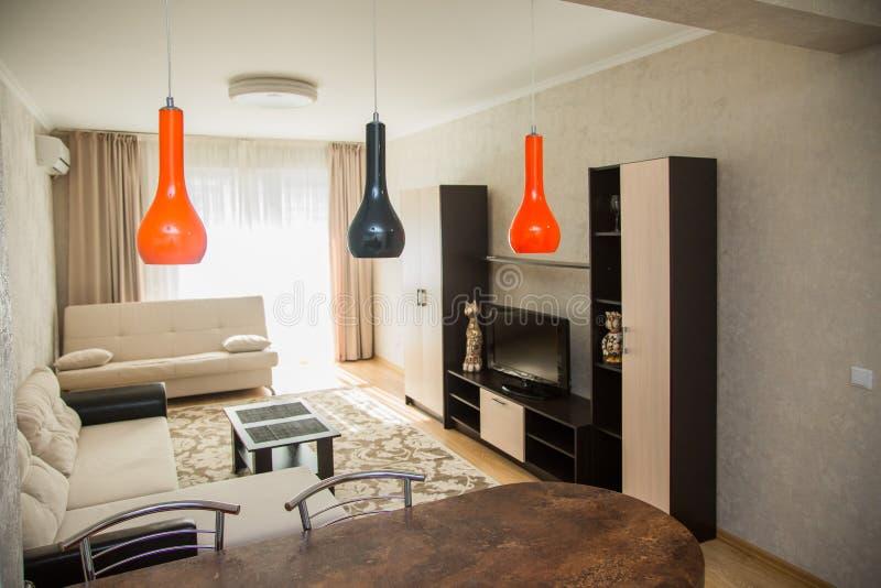 Grote ruime die woonkamer in een minimalistische stijl wordt gedaan royalty-vrije stock foto's