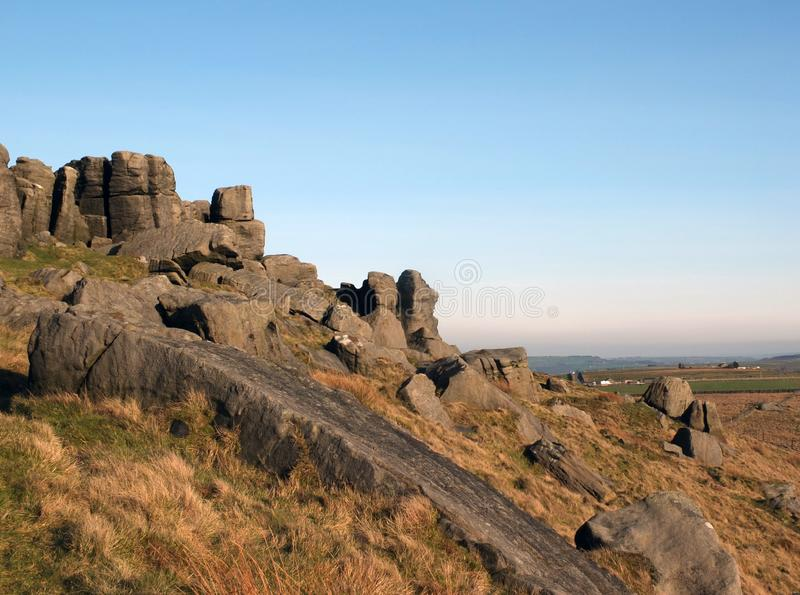 Grote ruwe gritstonedagzomende aardlaag bij bridestones een grote rotsvorming in de blauwe hemel van West-Yorkshire dichtbij todm royalty-vrije stock afbeeldingen