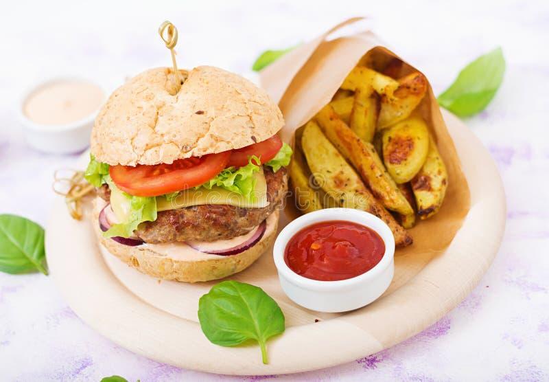 Grote sandwich - hamburger met sappige rundvleeshamburger, kaas, tomaat, en rode ui royalty-vrije stock foto's