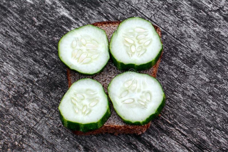 Grote sandwich met komkommers royalty-vrije stock afbeeldingen