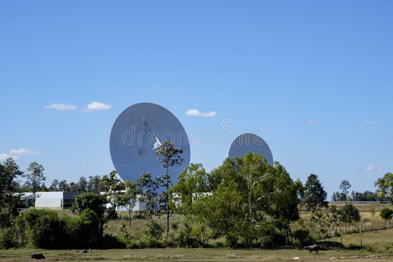 Grote satelliet de antennepost van de schotelradar met blauwe hemel royalty-vrije stock afbeelding