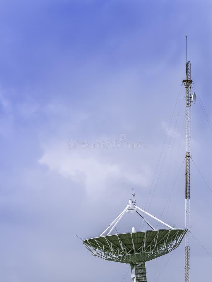 Grote satellietschotel met antenne stock foto's