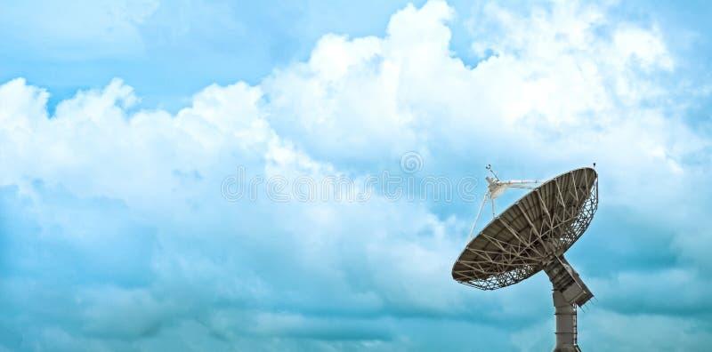 Grote satellietschotel met mooie wolken royalty-vrije stock fotografie