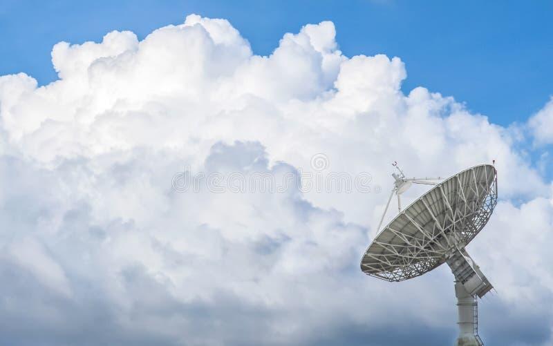 Grote satellietschotel met mooie wolken royalty-vrije stock afbeeldingen