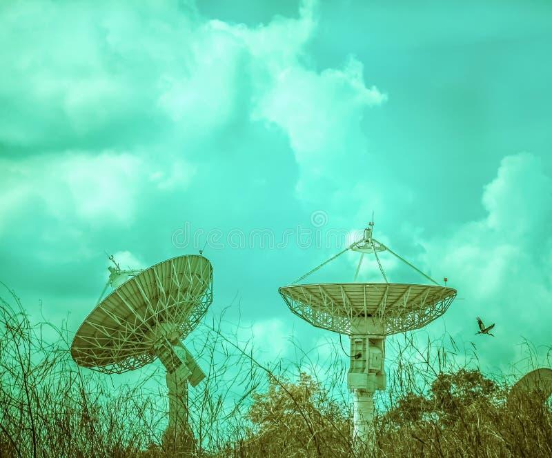 Grote satellietschotel twee stock afbeeldingen
