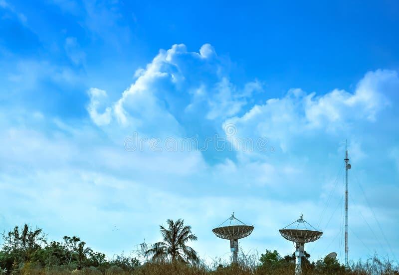 Grote satellietschotel twee met mooie wolken stock foto