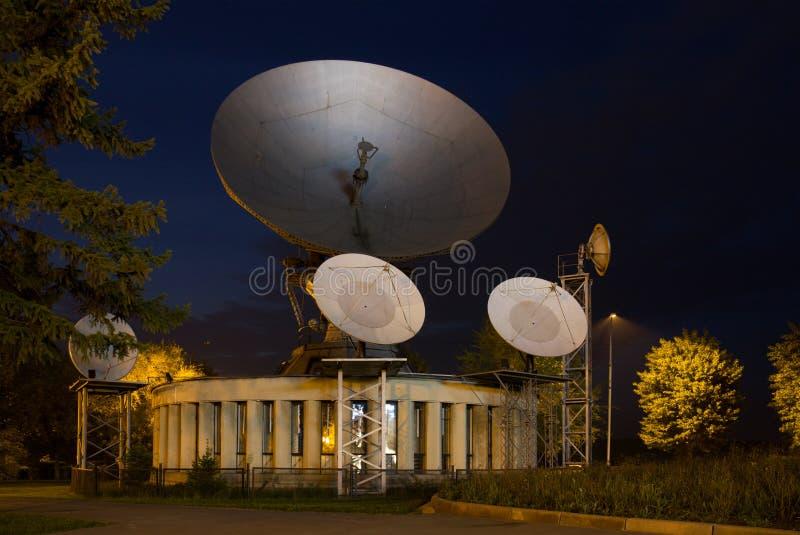 Grote satellietschotel voor telecommunicaties royalty-vrije stock afbeelding