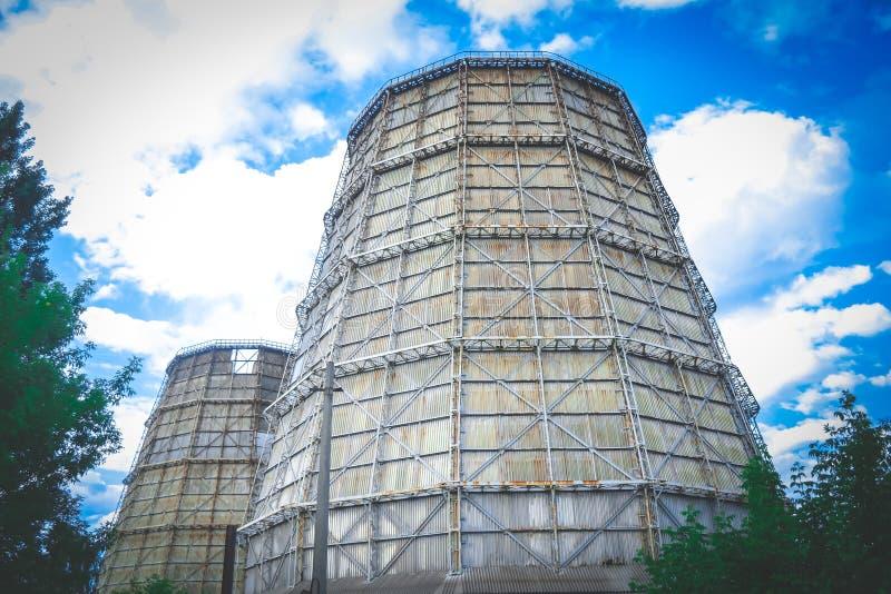 Grote schoorsteen thermische elektrische centrale royalty-vrije stock afbeeldingen