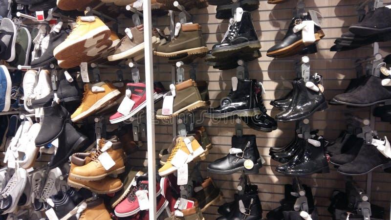 Grote selectie van de schoenen van mensen voor de herfst, de lente en de winter royalty-vrije stock afbeeldingen