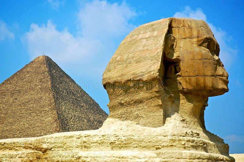 Grote Sfinx met Piramide royalty-vrije stock foto