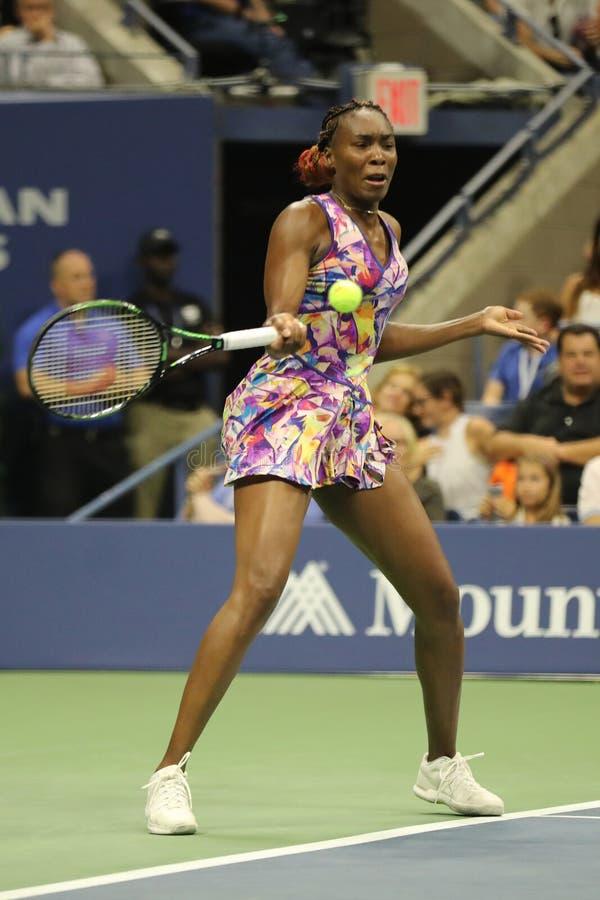 Grote Slagkampioen Venus Williams van Verenigde Staten in actie tijdens haar om gelijke 3 bij US Open 2016 royalty-vrije stock foto's