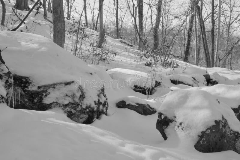Grote sneeuw behandelde rotsen royalty-vrije stock foto