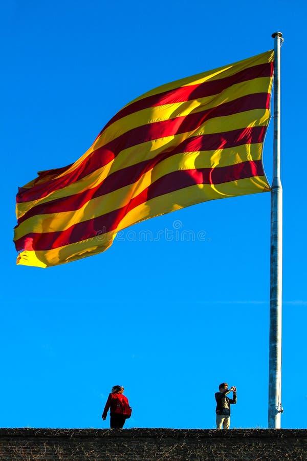 Grote Spaanse vlag die op bovenkant vliegen royalty-vrije stock fotografie