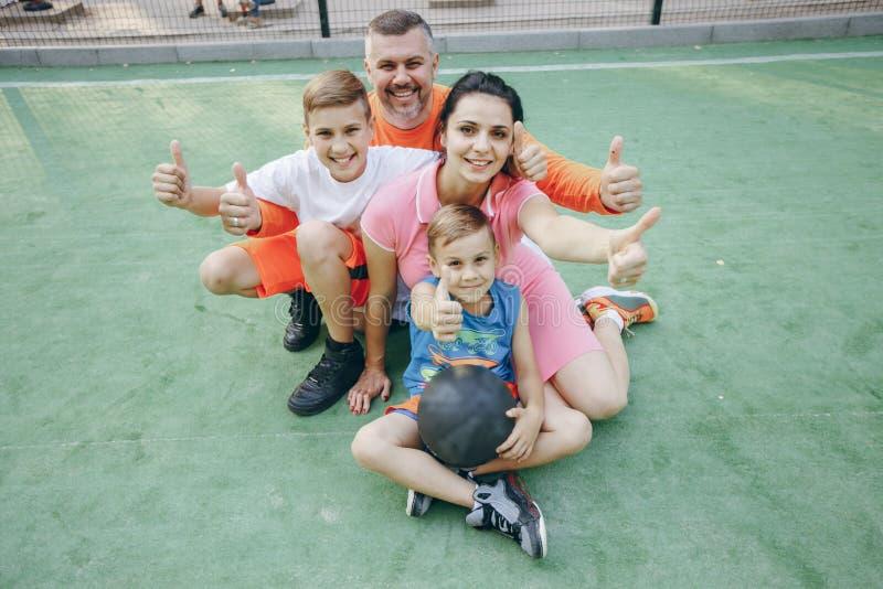 Grote sportieve familie stock foto
