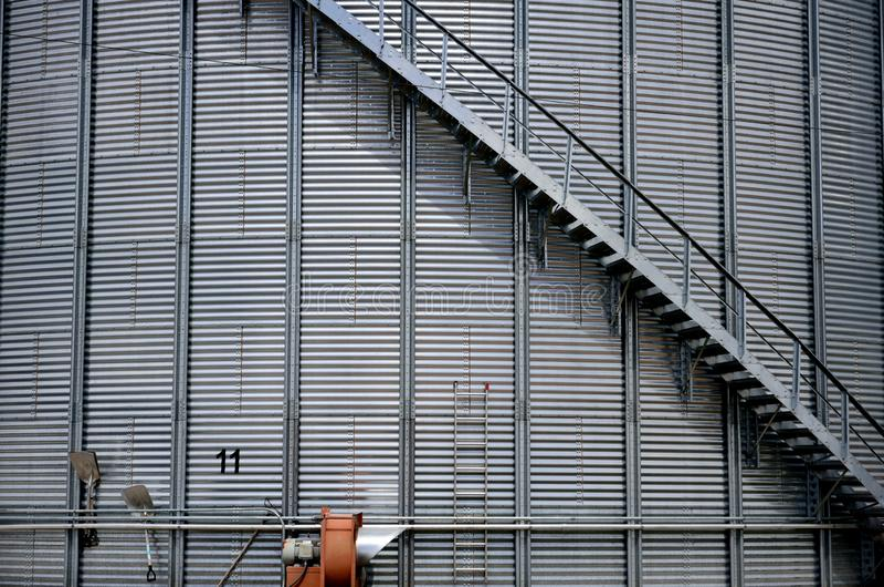 Grote staal landbouw de landbouwsilo met een gebogen trap royalty-vrije stock afbeelding