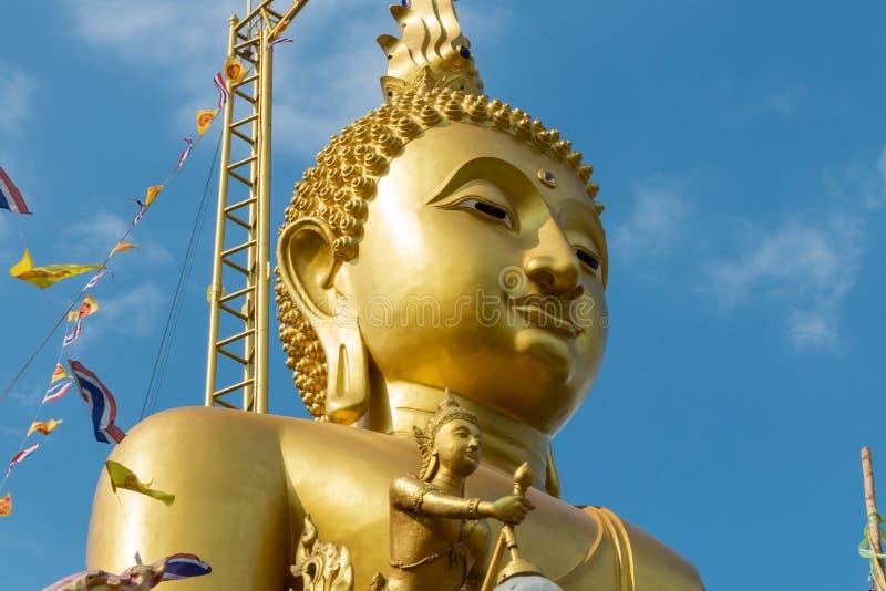 Grote standbeelden van het concentraat van Boedha op wolken en hemel stock foto's
