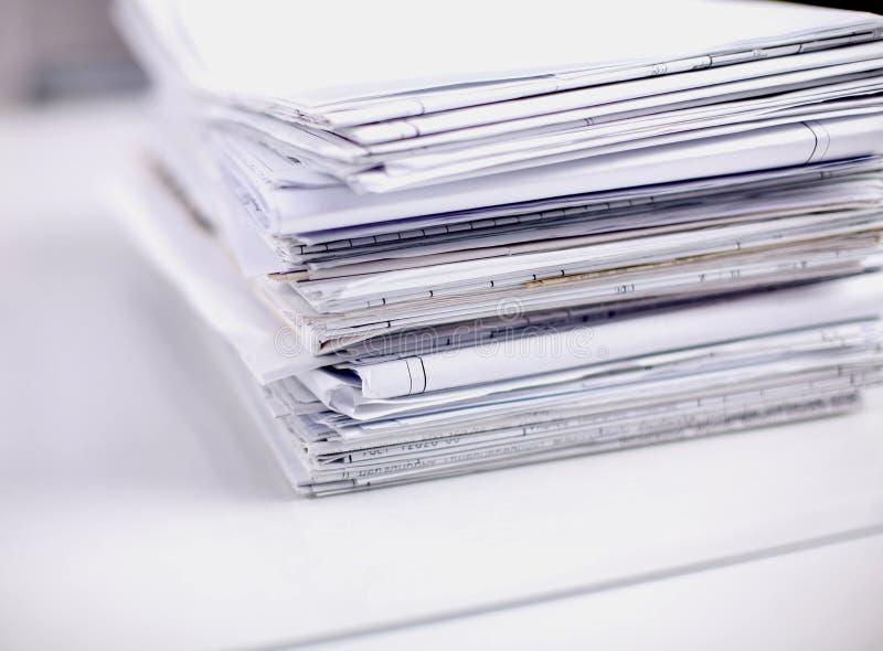 Grote stapel documenten, documenten op het bureau stock fotografie