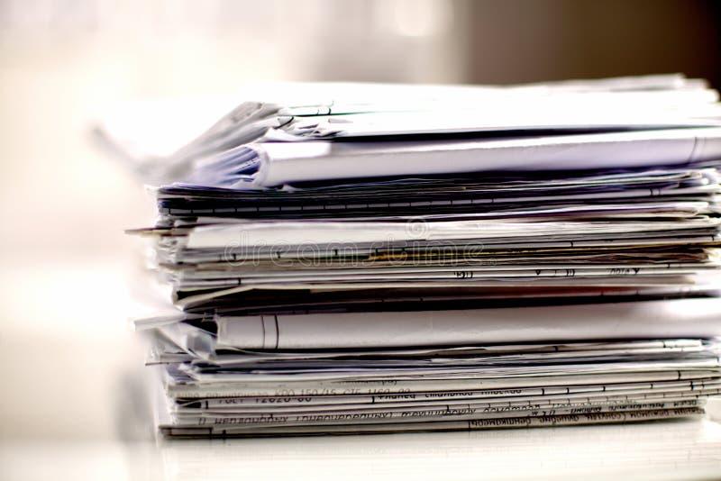 Grote stapel documenten, documenten op het bureau royalty-vrije stock afbeelding