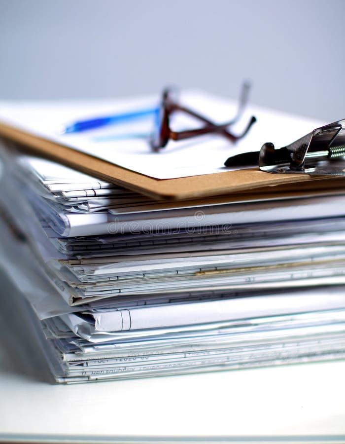 Grote stapel documenten, documenten op het bureau royalty-vrije stock foto