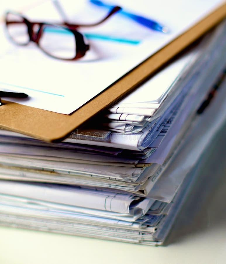 Grote stapel documenten, documenten op het bureau stock afbeelding