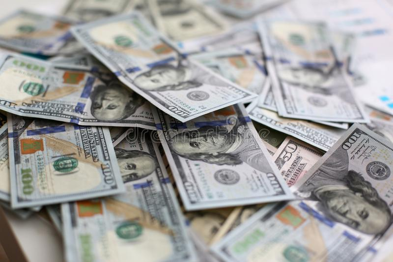 Grote stapel van het geld die van de V.S. in willekeurige orde liggen royalty-vrije stock foto's