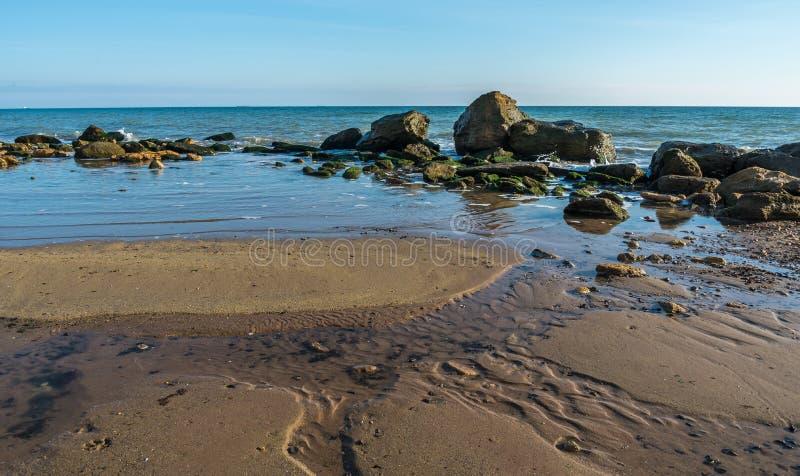 Grote stenen op de rand van de Zwarte Zee stock foto