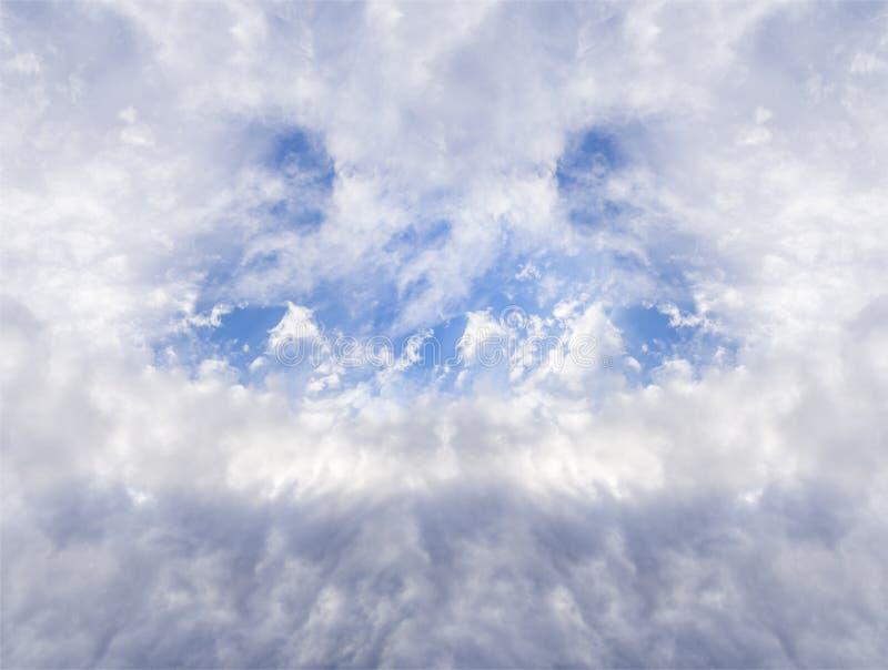 Grote stormachtige en blauwe bewolkte dwarshemel met gaten abstracte dramatische hemel stock foto