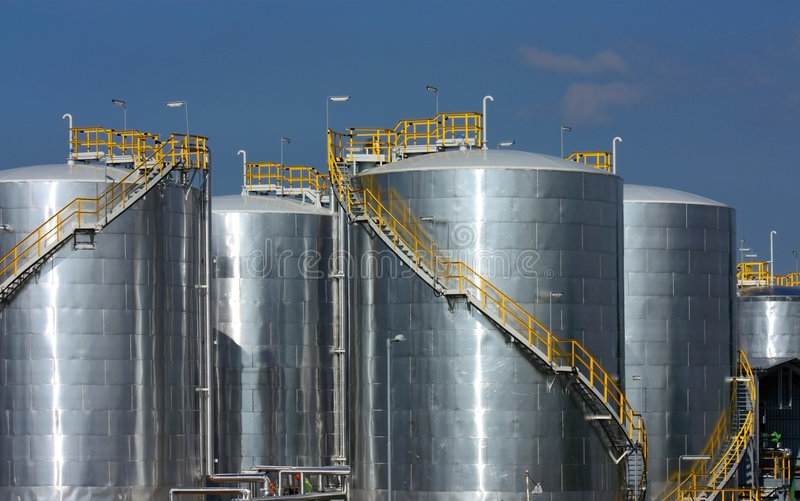 Grote stortingen van benzineraffinaderij stock foto