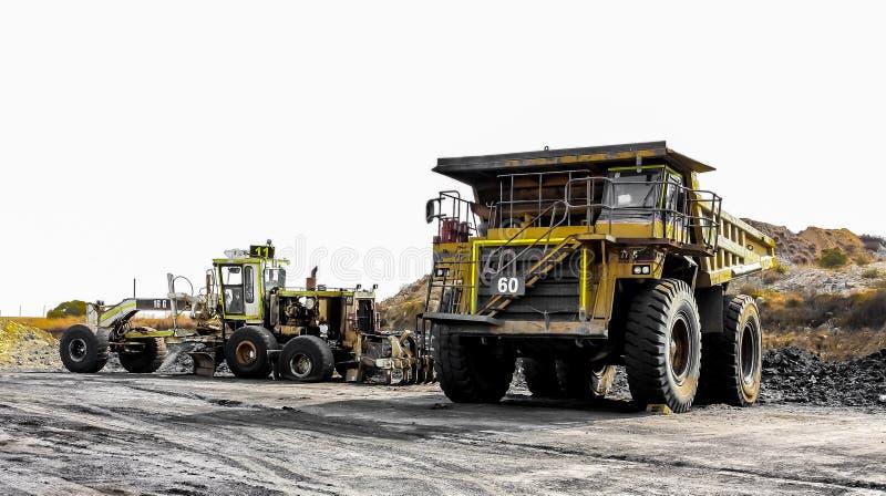 Grote Stortplaatsvrachtwagens die Steenkoolerts voor verwerking vervoeren stock afbeeldingen