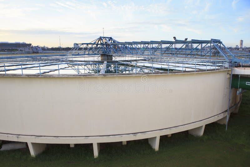 Grote tank watervoorziening in metropolitaanse de industriepla van het waterwerk stock afbeeldingen