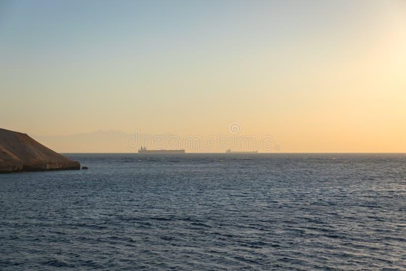 Grote tanker op de horizon royalty-vrije stock foto
