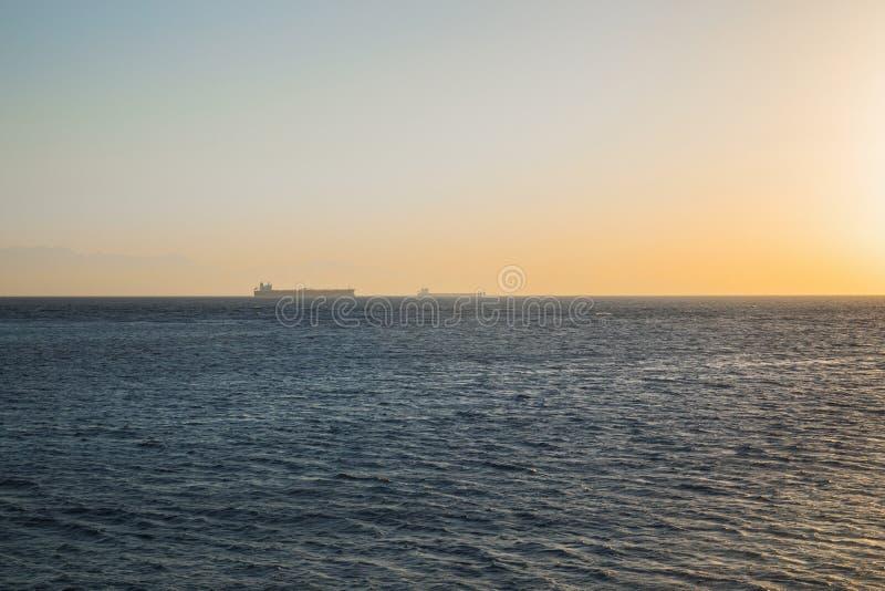 Grote tanker op de horizon stock foto