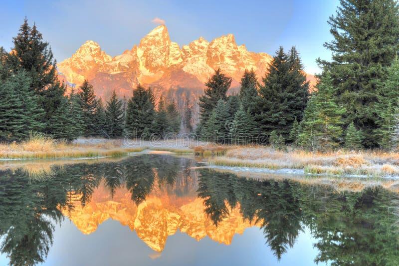 Grote Tetons-zonsopgang over bevroren meer - Schwabachers die, S landen stock foto