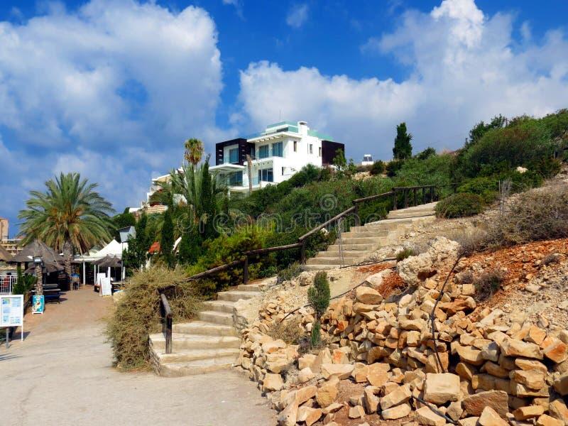 Grote toevlucht op de kust van Cyprus stock foto's