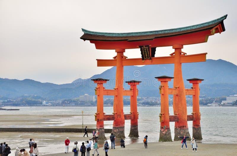 Grote Torii-poort bij Miyajima-eiland in Hiroshima, Japan stock afbeeldingen