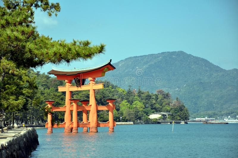 Grote torii van Miyamjima, Itsukushima-heiligdom - Miyajima-eiland Japan stock foto