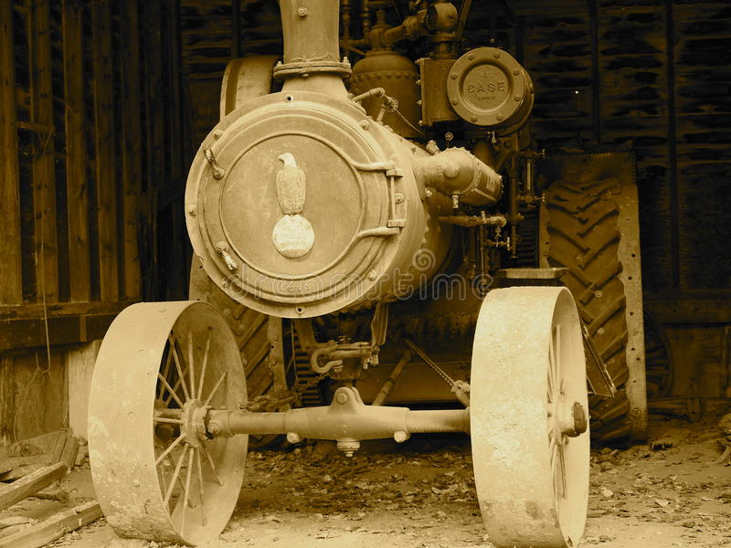Grote Tractor in Loods in Sepia Toon stock foto's