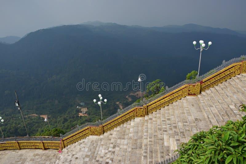 Grote trappen in het midden van heuvelige bergachtige wildernis royalty-vrije stock afbeelding