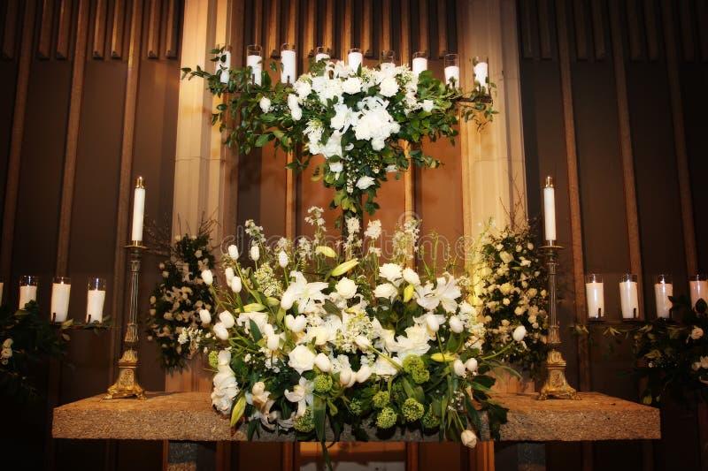Grote vaas van de bloemen het huwelijk in een kerk