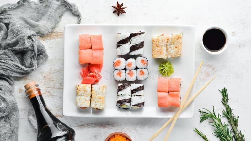 Grote Vastgestelde sushi met sojasaus en wasabi Vrije ruimte voor uw tekst stock fotografie