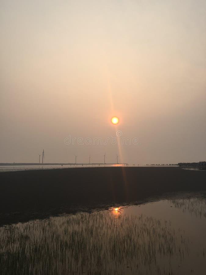 Grote veerboot die tegen zonsondergang wordt gesilhouetteerd stock afbeelding