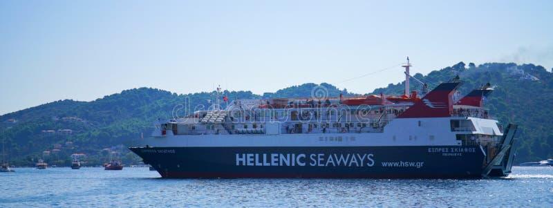 Grote veerboot in Skopelos, Griekenland royalty-vrije stock fotografie